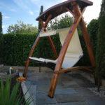 Die Schwebeliege Mocca im Fassholzgestell mit Auflage und Sonnendach in T820 natur, privat