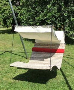 Die Doppelliege Shades of Grey mit roter Nackenrolle und weißem Sonnendach 2, privat