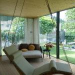 Einzelliege Wood mit heller Auflage und drehbarer Deckenmontage privat
